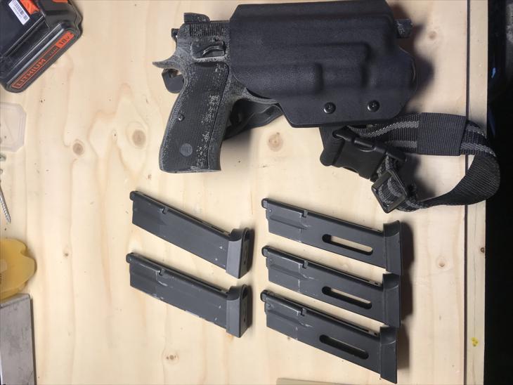 Bild för varan: Cz75 GBB med 6 magasin Dropleg surefire